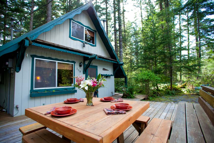 Coho Cabin outdoor dining