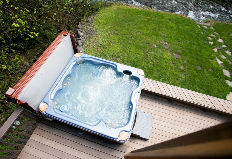 Lazy Bears Creekside cabin hottub