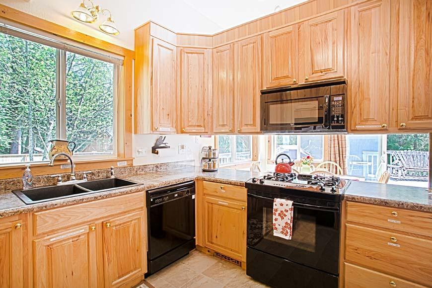 Little Bears Cabin kitchen