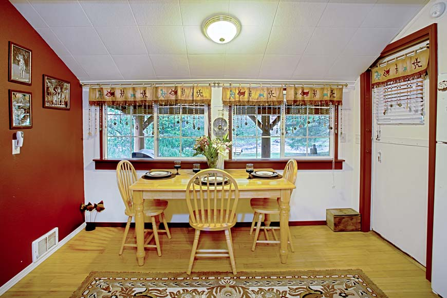 Starry Nights Cabin dining room