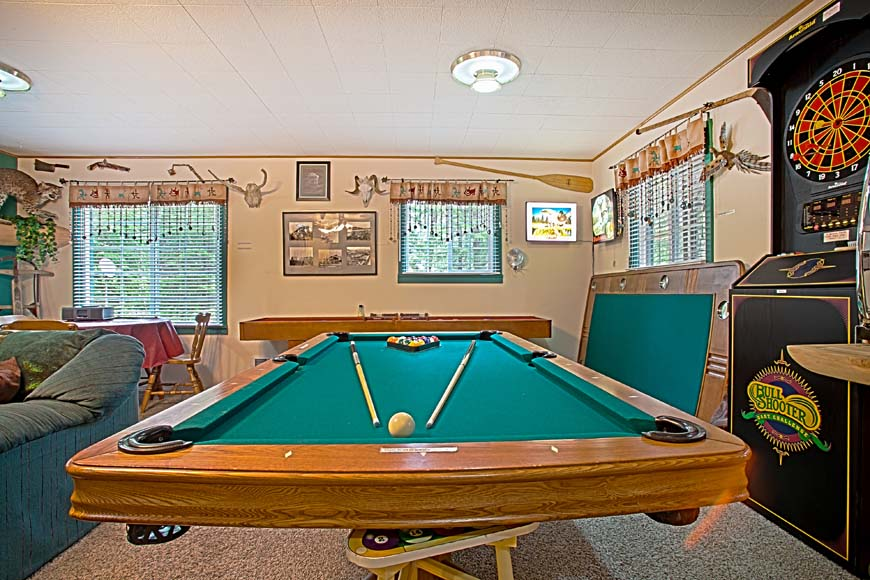 Starry Nights Cabin pool table